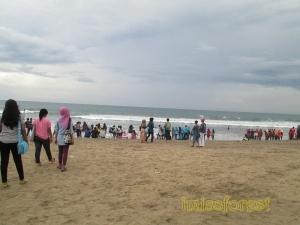 Pantai Kuta yang lagi ramai. Dokumentasi pribadi, taken by Canon PowerShot A2300.