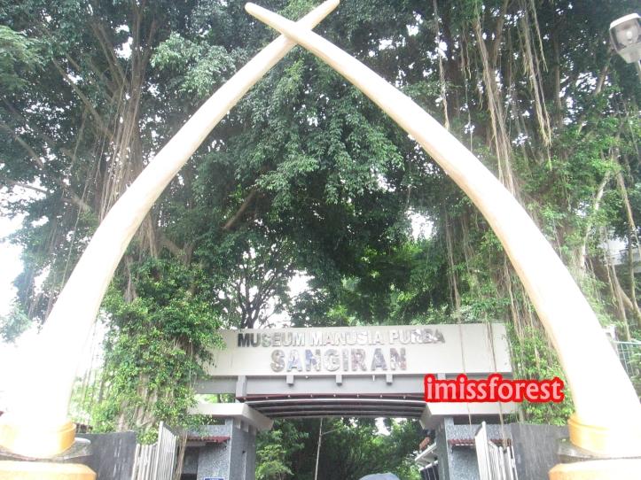 Gapura memasuki Museum Sangiran (dokumentasi pribadi, taken by Canon PowerShot A2300)